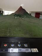 Replika Gunung Merapi, pengunjung bisa menekan tombol di bagian bawah untuk melihat dampak erupsi sesuai tahun yang dipilih.