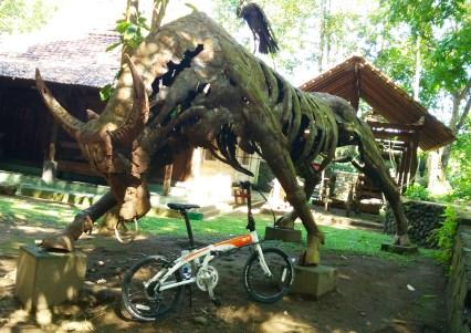 Bull of steel. Salah satu karya seni di Omah Petruk, berbentuk banteng ini terbuat dari logam