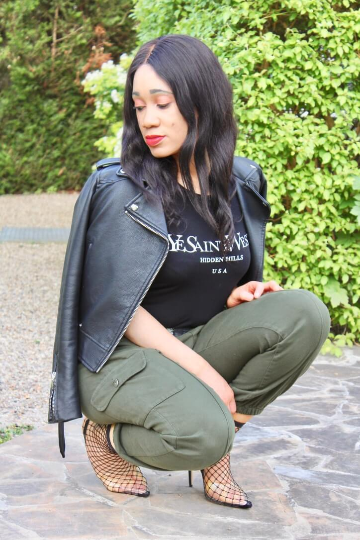 look pantalon cargo et t-shirt femme luxe