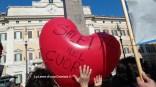 Piazza Montecitorio, cuori e messaggi dal centro Italia