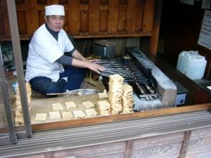 P1040714  いそべ煎餅を焼く 栄泉堂 関口秀男さん