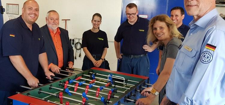 THW-Ortsverband Koblenz erhält durch Spende einen neuen Tisch-Kicker