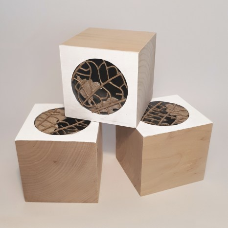 cubi n°1-2-3, 2019 - spago, lino, acrilico, legno - 7,5 x 7,5 x 7,5 cm ciascuno