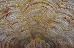 """Serbian Orthodox Church. Particolare del soffitto. La chiesta è stata scavata con le stesse macchine utilizzate nelle miniere. Il risultato sono pareti perfettamente squadrate e lisce, ad eccezione delle incisioni lasciate dai """"denti"""" delle macchine escavatrici che diventano interessanti decorazioni. (foto: Anna Luciani)"""