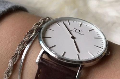 Schlichte Uhr an einem Handgelenk
