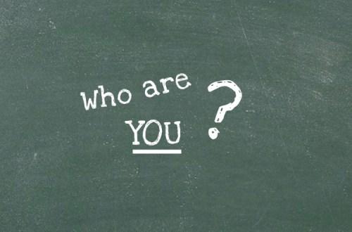 Tafel mit der Aufschrift: Who are you?