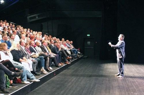Klaus Fink spricht vor seinem Publikum in Nürnberg
