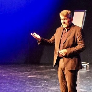 Dr. Dr. Cay von Fournier auf der Bühne