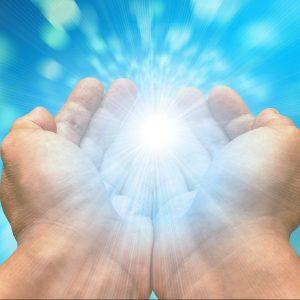 Lichtkugel in den Händen
