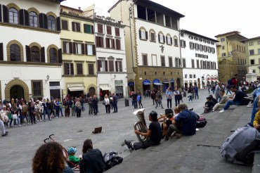 Street performers outside San Lorenzo