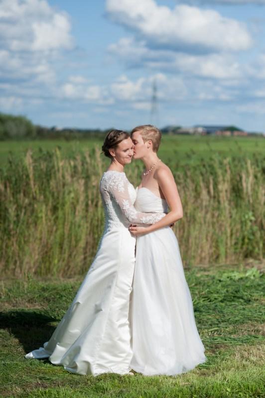 Bruiloftsfotograaf Utrecht - loveshoot trouwdag buiten - sfeervolle trouwfotografie
