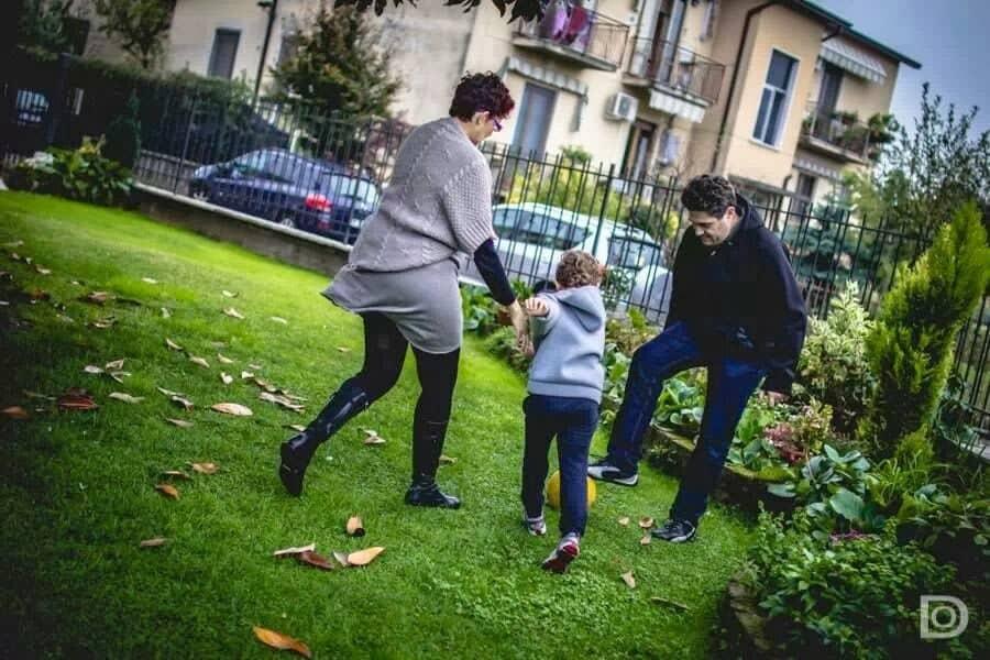 La nostra famiglia che gioca nel giardinio dei nonni