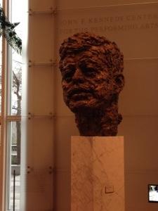 I februari åkte jag till Washington för att delta när den stora Nordic Cool-festivalen invigdes. Kungliga Filharmonikerna stod för öppningskonserten och jag representerade landstinget som är huvdfinansiär för Konserthuset och orkestern. Jag är så oerhört stolt över att vi har en så fantastisk orkester i vårt län och att den står sig väl även internationellt är det ingen tvekan om. Festivalen inleddes på Kennedy Center och skulpturen föreställer förstås JFK.