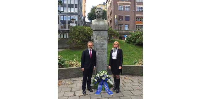 Jan Björklund och Anna Starbrink lägger ner en krans vid Karl Staaffs byst på hundraårsdagen av hans död den 4 oktober 2015.