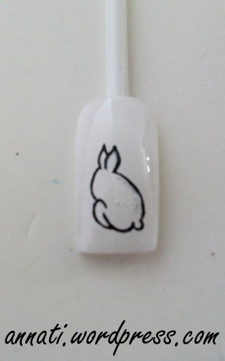 7° STEP Completate l'archetto piccolo con una linea a sfinire lungo la parte bassa del coniglio. Sempre utilizzando il nero sistemate le rotondità del corpo correggendo le righe dall'esterno. Col bianco invece sistemate l'interno.