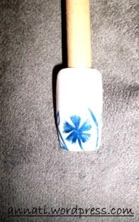 Aggiungete alla nail art rametti e foglie.