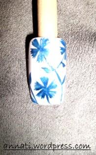 Se lo ritenete necessario arricchite la nail art con altri fiori.