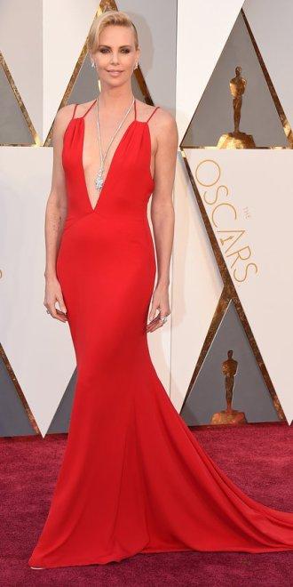 Charlize Theron, abito Dior, gioielli Harry Winston