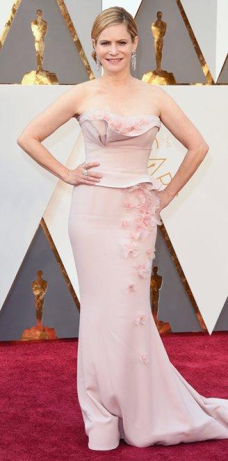 Jennifer Jason Leigh, abito Marchesa, gioielli Piaget