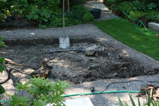 Gräver bort lera