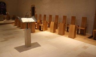 Stalles et pupitre: bois Chêne Ambon: pierre et acier forgé
