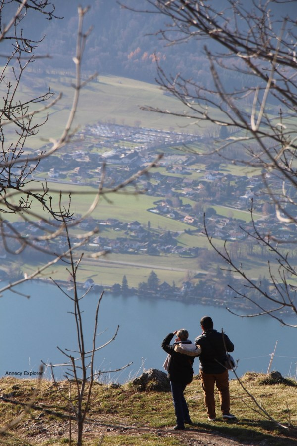 La vue panoramique sur le Lac d'Annecy