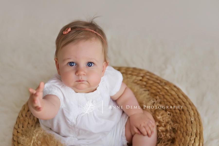 Niedliche Babyfotos mit Emilia in Mnchen  9 Monate alt  Anne Deml Photography