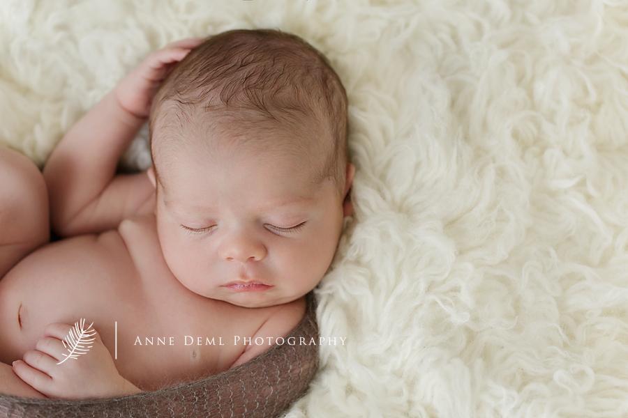 neugeborenenfotos_augsburg_neugeborenenfotograf_muenchen_neugeborenenshooting_geburt_hebamme_anne_deml_fotografie_babyfotograf_freising_suesse