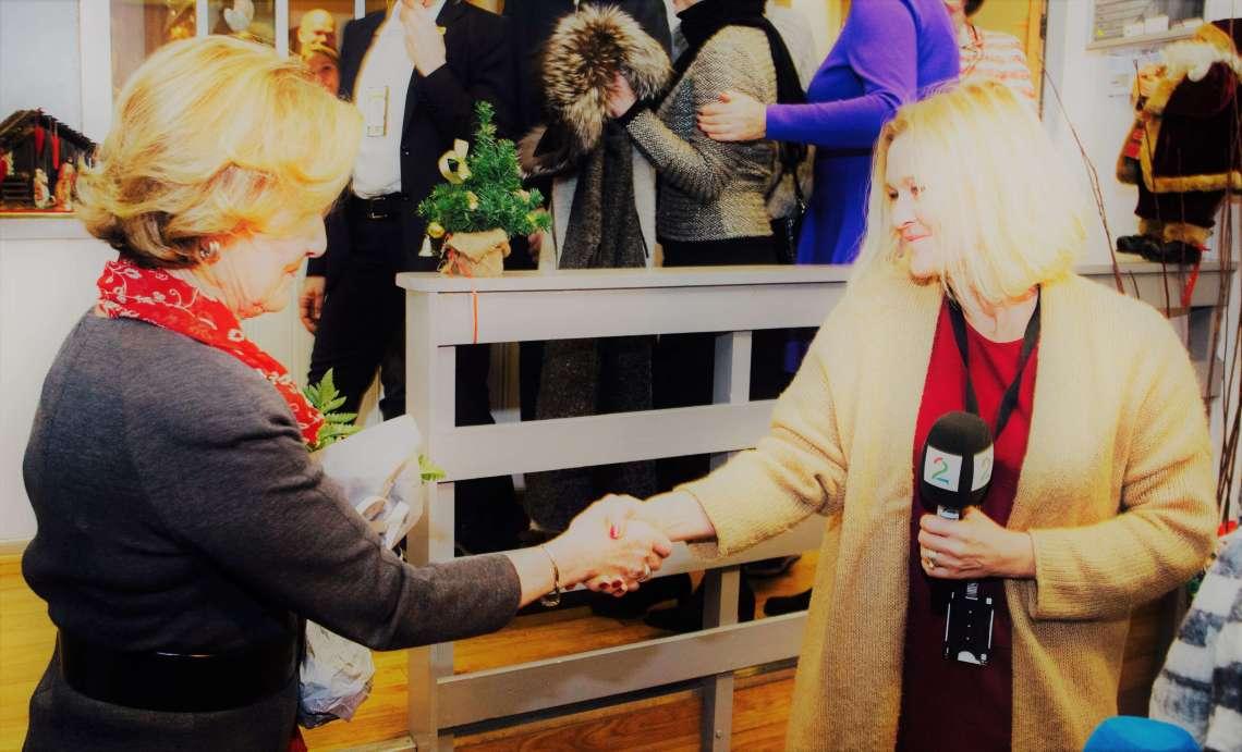 Følge vindrømmen: Dronning Sonja takker Anne Fredrikstad som hoffreporter og ønsker lykke til videre.