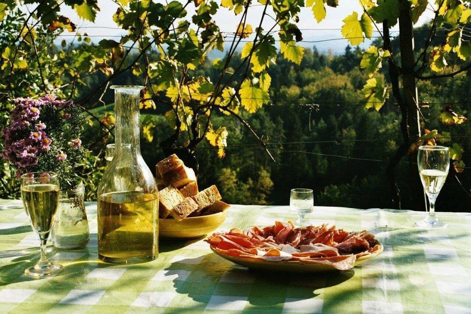 Det er november og slipp av nye viner.I ukene før desember prøver jeg begrense meg og leter etter rimelige og gode viner. Her er noen forslag. Foto: Pixabay.