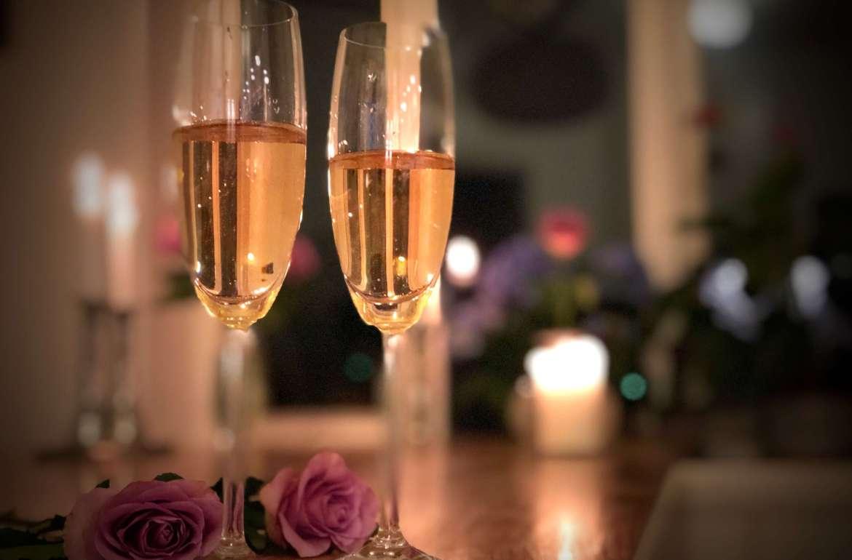 """Det er viktig å feire små og store bragder, og ikke minst kjærligheten. I måneden med """"alle hjerters dag"""" eller Valentins dagen, er det en god anledning til å feire med bobler. Her er seks forslag."""