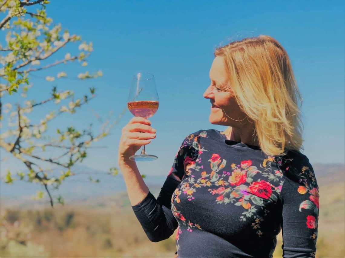 Kjenner du duften av vår? På vingården vår i Italia er det nå en vårfest av aromaer som slippes løs. Etterlengtede lukter fra naturen som vekkes til livet etter vinteren. Flere av dem er aromaer som kan gjenkjennes vin. Ikke glem å ta dem inn.