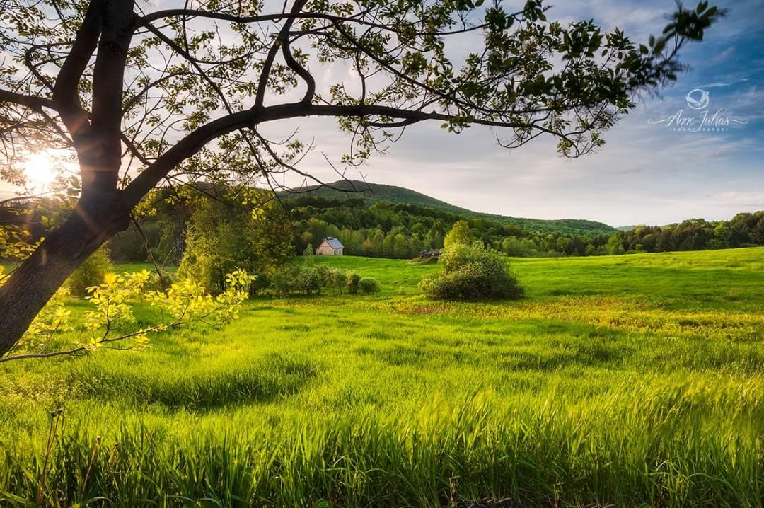 Inclure le soleil dans le paysage : lumière hautement dramatique