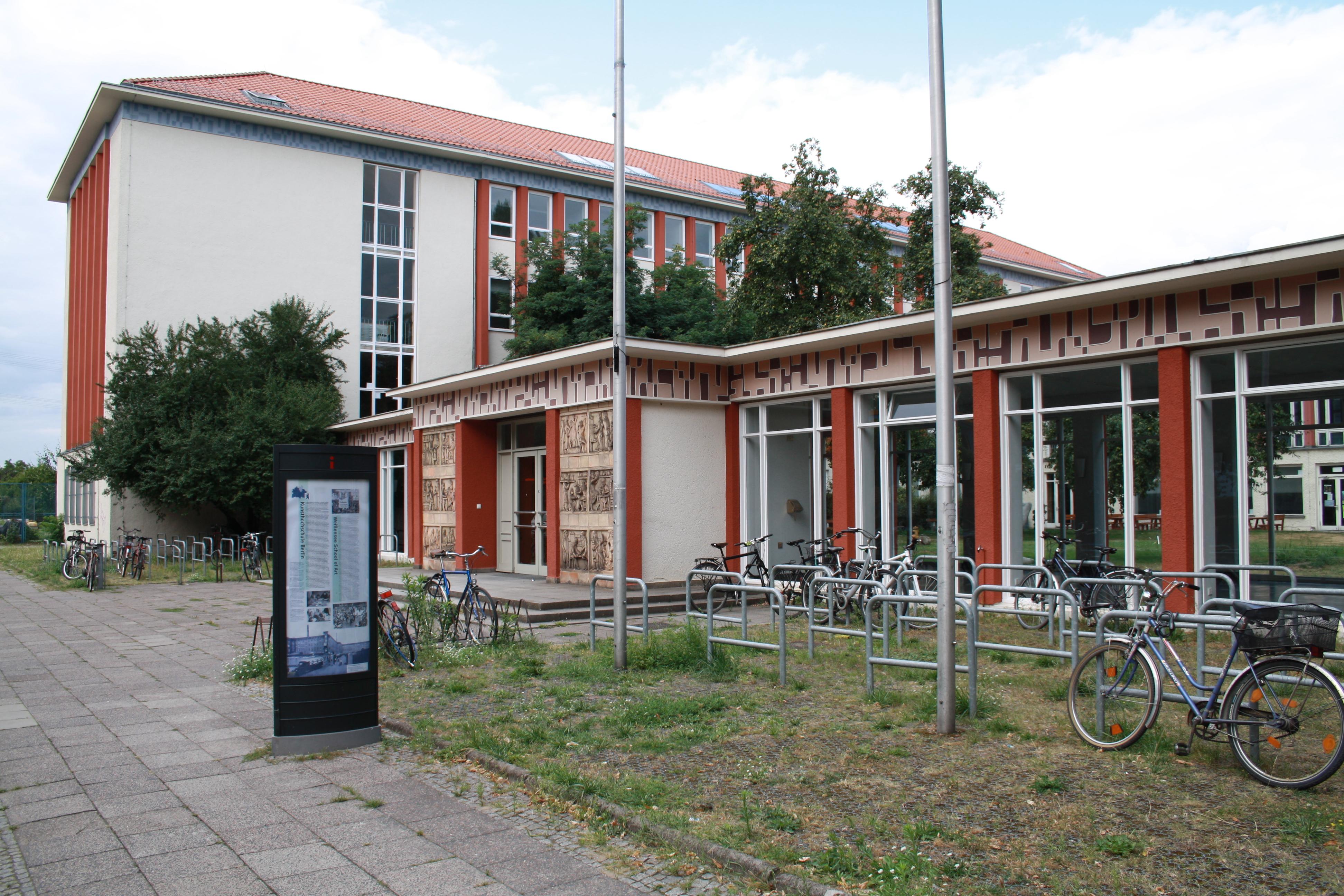 de hoofdingang van kunsthochschule Weissensee
