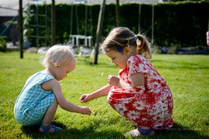 Little - fotoshoot - 2 jaar - zomers - spelen - lifestyle - zusjes