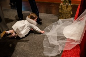 bruidsmeisje op winterhuwelijk