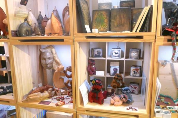 L'ours tombé des étoiles en exposition au Petit Lieu Artistique. Pavés de juillet. Galerie d'art à Nancy, Lorraine. Crédit photo : Charlotte VERRON #oursdecollection #ooakbear