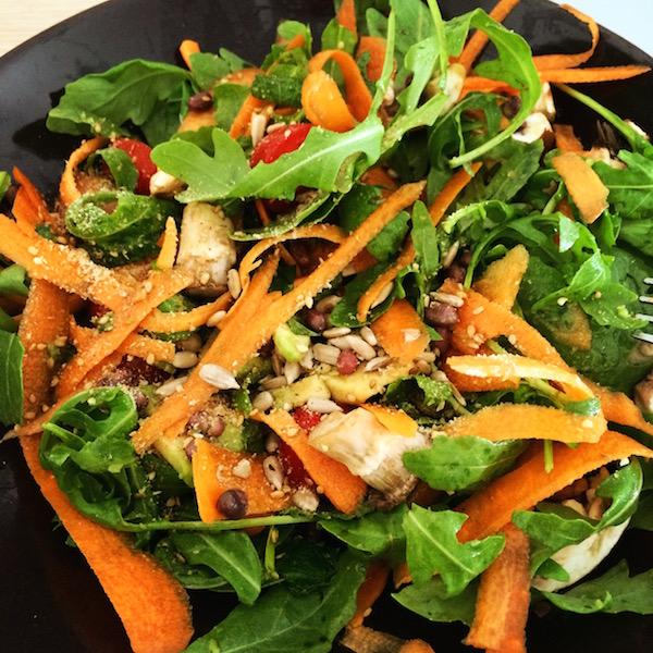 Au menu ce midi : une jolie salade pleine de bons légumes.