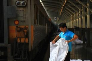 チェンマイからの夜行列車が到着。次の出発に向けて慌ただしい準備が始まる