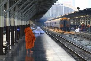 タイの鉄路ではお坊さんをよく見かける。ゆっくりと流れる時間と袈裟を纏ったお坊さんの後ろ姿に癒される