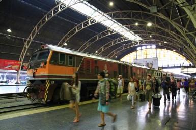 朝日が差し込むコンコースに到着した長距離列車。機関車にお疲れさま