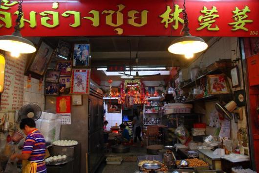 飲茶の専門店。焼き、揚げ、蒸しとラインナップも豊富。奥では女性たちがせっせと飲茶作りに精を出していた。
