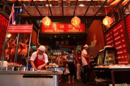 香港麺の有名店。以前はエアコンがなかったが、現在は冷房完備で快適。麺のコシと焼豚の柔らかさは絶妙。