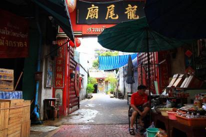 チャイナタウンの路地には突然、小さなお寺が現れる。休憩がてらに立ち寄ってみるのも面白い。