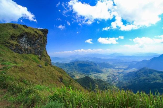 ラオス側にせり出す断崖絶壁のプーチーファー。遠くに見える集落はもうラオスだ。