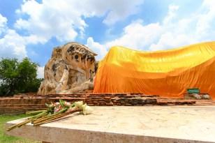 ワットローカヤスターにて。眩しい太陽とオレンジの袈裟が印象的。