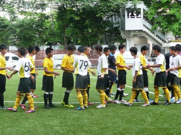 試合前の握手をかわす日タイの選手たち。