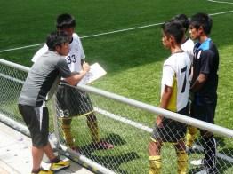 北村コーチの言葉に耳を傾ける選手たち。