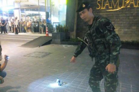 破片を見つけるタイ軍