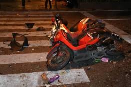 倒れる2台のスクーター